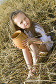 Barn i ett fält — Stockfoto