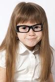 戴着眼镜的微笑女孩的一幅肖像 — 图库照片
