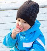 Pojken på en bänk — Stockfoto