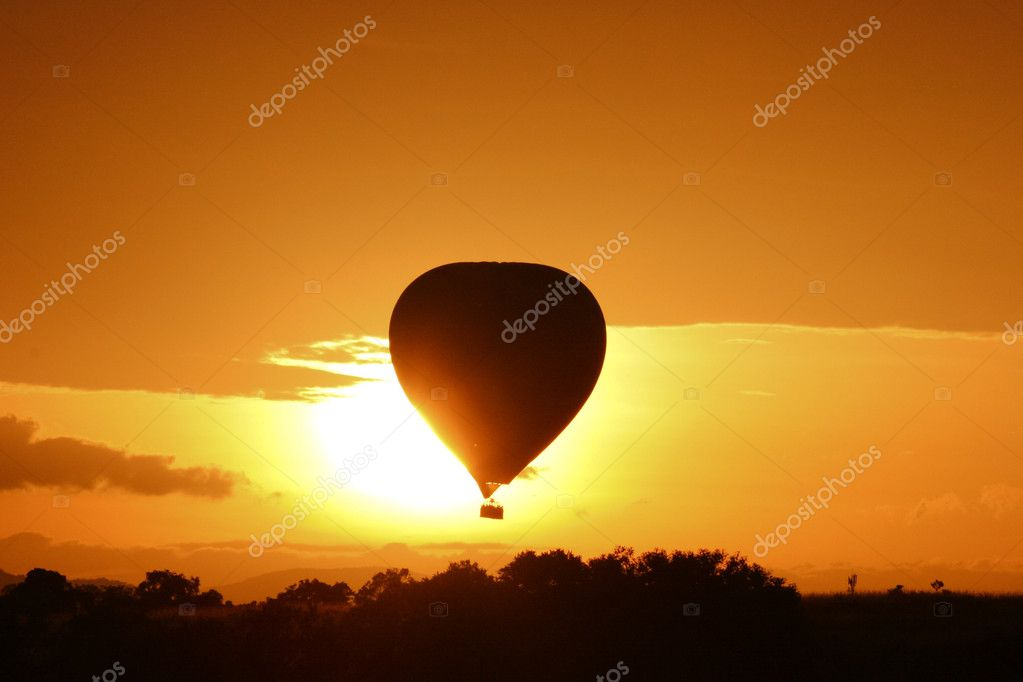 Hot air balloon flying at sunrise over Masai Mara Park, Kenya — Stock Photo #10205794