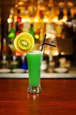 Cocktail debout sur comptoir — Photo