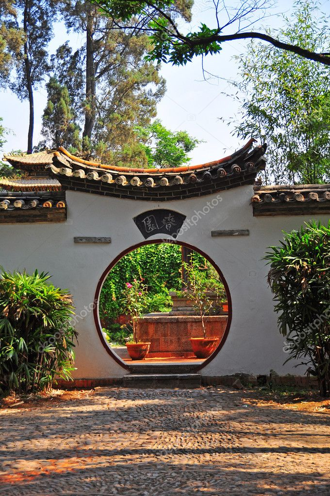Chinese ancient traditional arch door in the garden. — Stock Photo #9890953