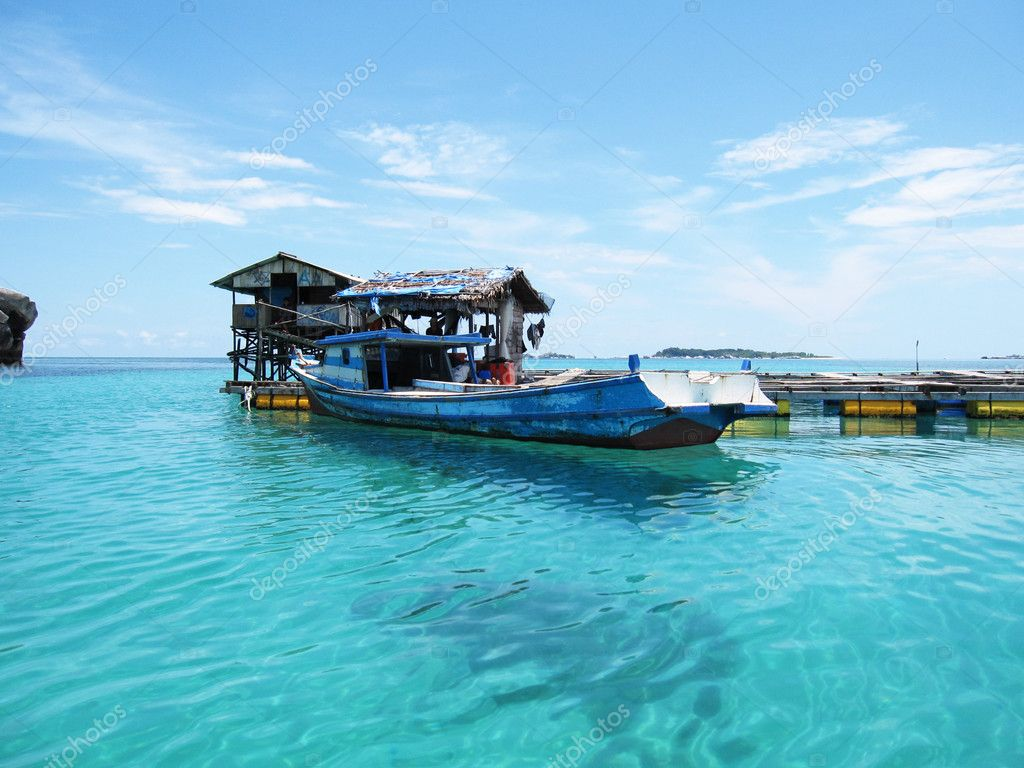 Fishing boat is floating on a very clear sea. — Stock Photo #9992625