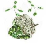 Takı yüzük ve küpeler ile parlak yeşil kristalleri koymak — Stok fotoğraf
