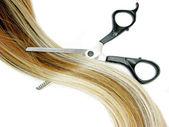 Szczotka do włosów i nożyczki w podkreślenia włosów — Zdjęcie stockowe