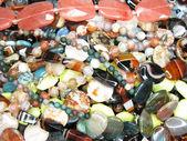 Högen av färgglada semigem pärlor — Stockfoto