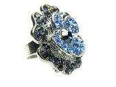 Jóias anel com brilhantes cristais azuis — Foto Stock