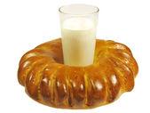 Gebakken roll met een glas melk — Stockfoto