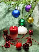 Kerstballen en kaarsen — Stockfoto
