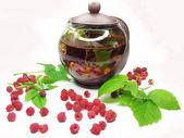 Chá de frutas com framboesa no bule de chá — Fotografia Stock