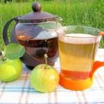 Fruit tea with apples tea-drinking outdoors — Stock Photo