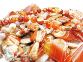 Högen av röda halvädelstenar pärlor — Stockfoto
