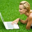 beautiful girl with laptop im freien — Stockfoto