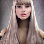 mode blond meisje. mooie make-up en gezond haar — Stockfoto