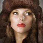 piękna młoda kobieta nosi futra hat.winter stylu — Zdjęcie stockowe