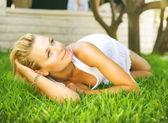 美丽健康的年轻女子在绿色草地上放松 — 图库照片