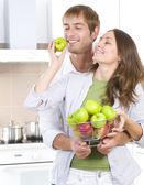 可爱的甜蜜情侣,吃新鲜 fruits.healthy food.diet — 图库照片