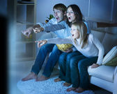 Rodina sleduje tv .true emoce — Stock fotografie