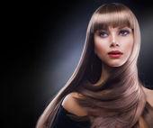 長い茶色の髪と美しさ — ストック写真