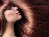 Cabelo castanho. mulher bonita com cabelo longo saudável — Foto Stock