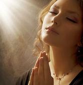 Mujer rezando — Foto de Stock