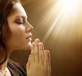 Mulher orando — Foto Stock