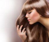 Moda blond dziewczynka. piękny makijaż i zdrowe włosy — Zdjęcie stockowe
