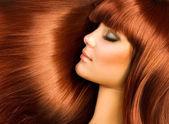 Vacker kvinna med långa röda hår — Stockfoto
