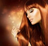 Bella donna con i capelli lunghi sani — Foto Stock
