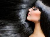 Bella ragazza bruna. sani capelli lunghi — Foto Stock