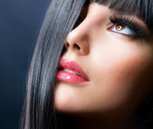 Fashion Brunette . Beautiful Makeup and Healthy Black Hair — Stock Photo