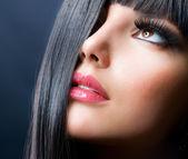 Morena de moda. hermoso maquillaje y cabello negro sano — Foto de Stock