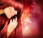 Vacker flicka med friskt långt hår — Stockfoto