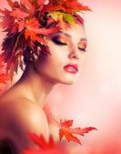 Güzel bir sonbahar kadın — Stok fotoğraf