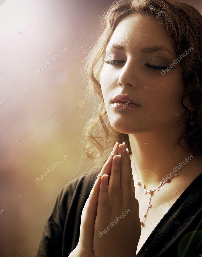 Фото девушек молятся