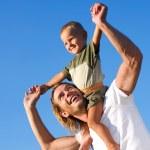 feliz pai e filho ao ar livre — Foto Stock