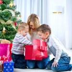 szczęśliwe dzieci Boże Narodzenie prezenty — Zdjęcie stockowe