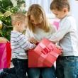 ευτυχής παιδιά με δώρα Χριστουγέννων — Φωτογραφία Αρχείου