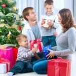 ευτυχής μεγάλη οικογένεια που κατέχουν Χριστούγεννα παρουσιάζει σε home.christmas tr — Φωτογραφία Αρχείου