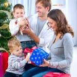 Большая счастливая семья, холдинг Рождество подарки дома.Рождественские tr — Стоковое фото