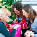 Wigilia. przyjaciele z Boże Narodzenie prezenty — Zdjęcie stockowe