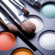 Makeup brushes and make-up eye shadows — Стоковое фото