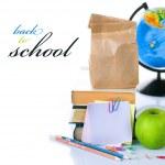 vuelta al concepto de escuela. libros escolares y manzana verde aislado en — Foto de Stock
