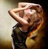 мода девушка танцует — Стоковое фото