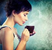 Fille de beauté avec une tasse de café — Photo