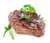 Beyaz bir arka plan üzerinde izole ızgara sığır eti biftek — Stok fotoğraf