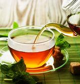 Versando il tè alle erbe — Foto Stock