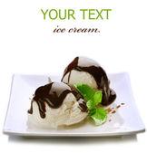 Helado con cobertura de chocolate. postre aislado en blanco — Foto de Stock
