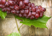 Bunch of grapes over Wood Background — Stock Photo