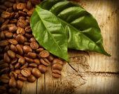 Ahşap arka plan üzerinde kahve çekirdekleri — Stok fotoğraf